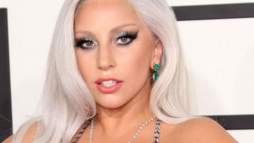 Lady Gaga fait un strip-tease sur le tapis rouge