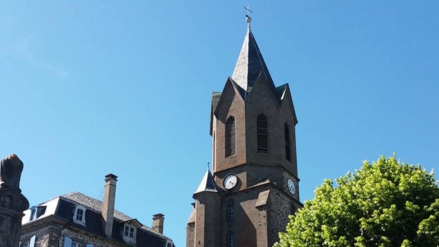 La foudre incendie le toit d'une église dans le Cantal (VIDEO)