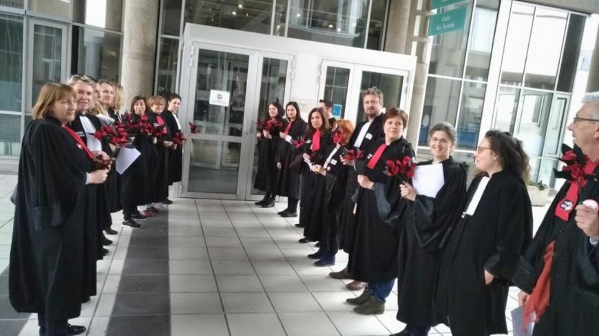 Clermont - Ferrand : les avocats en grève ont offert des roses aux magistrats