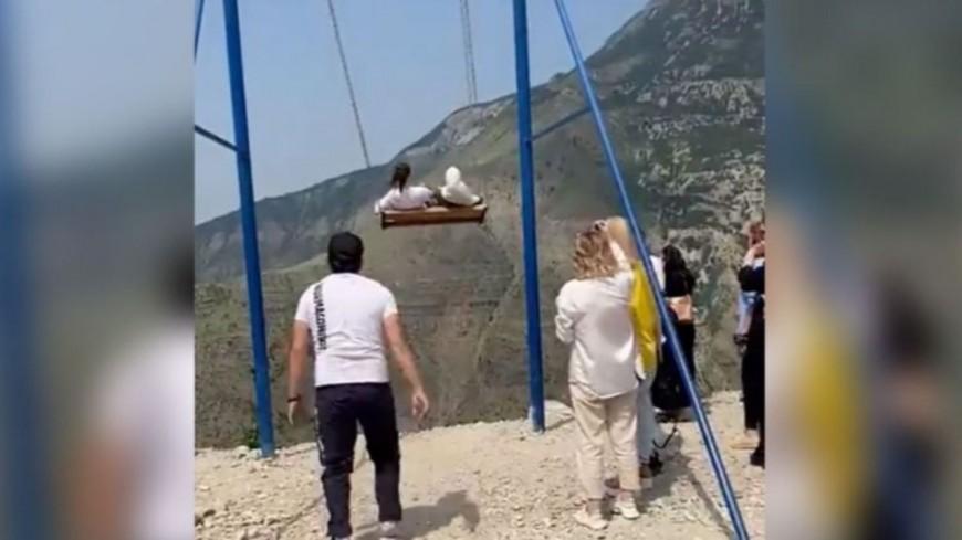 Incroyable - Une balançoire tombe au-dessus d'une falaise, deux femmes chutent (vidéo)