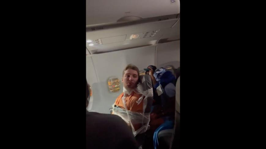 Incontrôlable, un passager alcoolisé scotché à son siège dans un avion ! (vidéo)