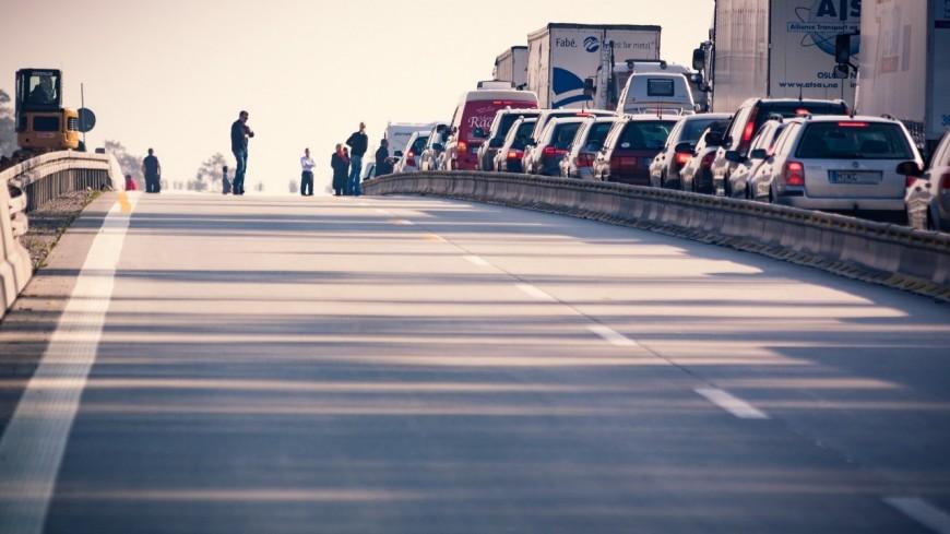 Un mort et huit blessés dans un accident entre un minibus et un camion sur l'A75 à Saint-Poncy (Cantal)