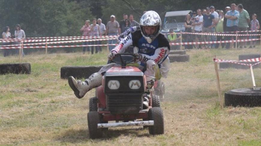 Puy-de-Dôme : 3e édition de la course de tracteurs-tondeuses à Charensat