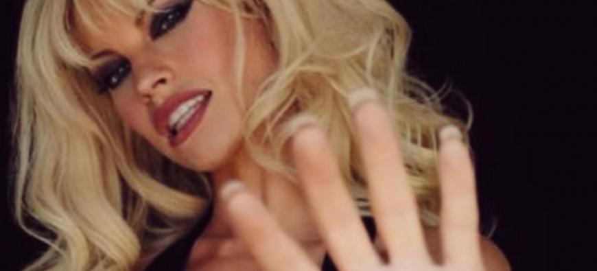 Lily James transformée en Pamela Anderson pour un biopic ! (photo)